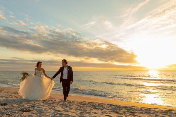 wedding couple at sunset on captiva island